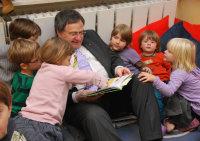 Bildungs- und Kulturminister liest im Kita-Kindern vor…