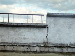 Billiger Kalksandstein: Xella zahlt Schweigegeld – Mangelhaftes Baumaterial führt zu Schäden bei Tausenden Häusern  Riss: Tausende Häuser mit Schäden wegen Kalksteinersatz (Foto:pixelio.de/Michel)