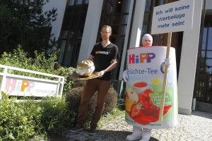 foodwatch-Aktion bei Hipp: Goldener Windbeutel am Firmensitz verliehen – Baby-Nahrungshersteller lehnt Preis für die Werbelüge des Jahres ab – Hipp täuscht Öffentlichkeit auch in Presseerklärung
