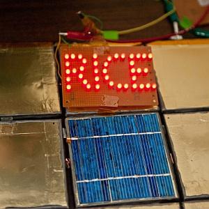 Solarpanel: lässt dank Streichakku Leuchtschrift glühen (Foto: Rice U.)