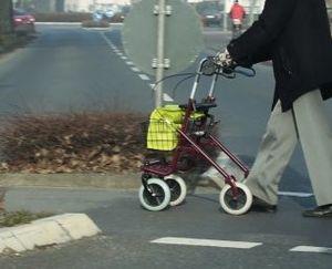 Ungeschützt im Verkehr: Handy schützt (Foto: pixelio.de, U. Dreiucker)