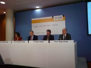 Podium: Experten warnen vor SCHUFA-freien Krediten (Foto: fotodienst/C. Bartz)