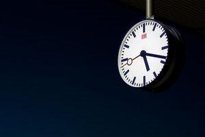 Uhr: Fahrgäste brauchen wohl Geduld (Foto: pixelio.de/A. Dengs, photofreaks.ws)