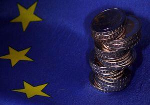 EU-Flagge mit Geld: Reformen zeigen erste Wirkung (Foto: pixelio.de/Lupo)
