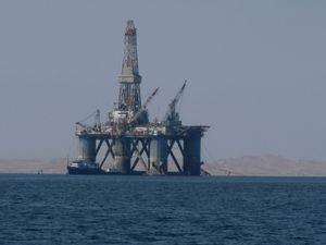 Bohrinsel: Ölfirmen auf Suche nach neuen Quellen (Foto: pixelio.de/D. Schütz)