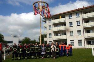 Maibaumrichten feierte Premiere im DANA Pflegeheim Am Kiebitzberg
