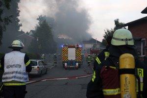 Großfeuer zerstört Einfamilienhaus – Extreme Rauchentwicklung