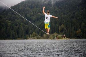 HD+ Testimonial Alex Schulz bricht seinen eigenen Weltrekord im Slacklinen über Wasser