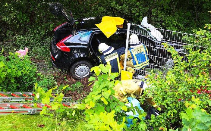 Schwerer Unfall in Bad Bramstedt – Auto schleudert drei Meter tiefe Böschung hinab