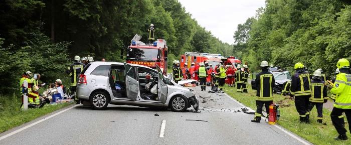 Aukrug: Schwerer Unfall mit sieben Verletzten – Glück im Unglück für Säugling