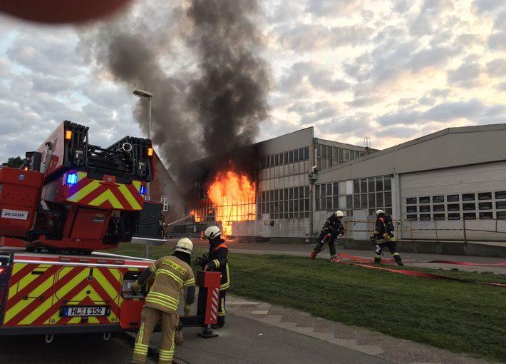 Lübeck: Großfeuer in einer Lagerhalle