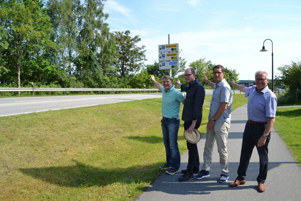 von rechts nach links: Volker Owerien Bürgermeister Scharbeutz, Thorsten Lendt von Siemens Mobility GmbH, Robert Maciejewski vom pbh Planungsbüro Hahm, Dirk Dibbern aus dem Bauamt Gemeinde Scharbeutz